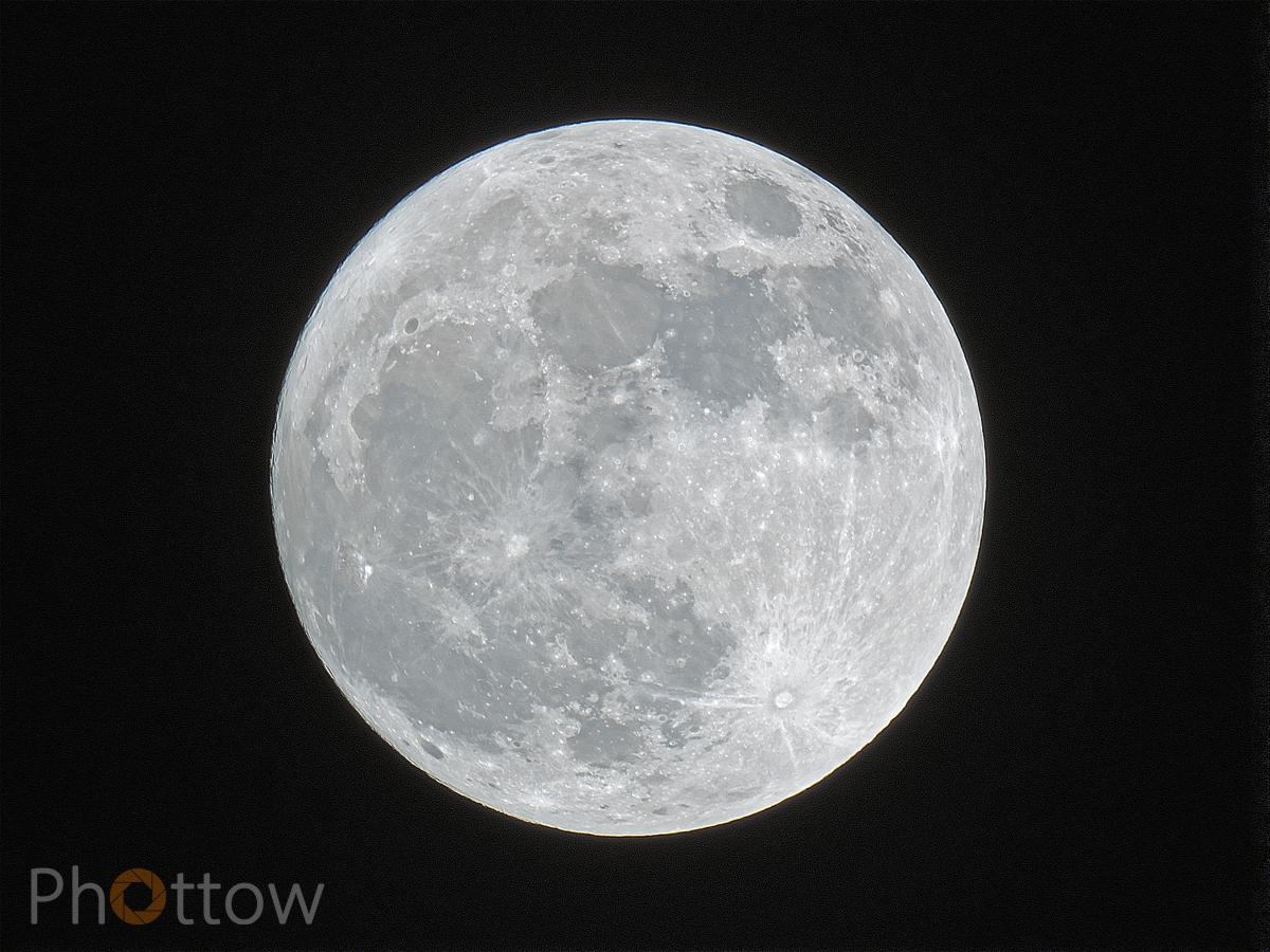 Mond über Dresden, 01.01.2018, 19:49 Uhr // Olympus OM-D E-M1 - 1000 mm - f8.0 - ISO200 - 1/400 s