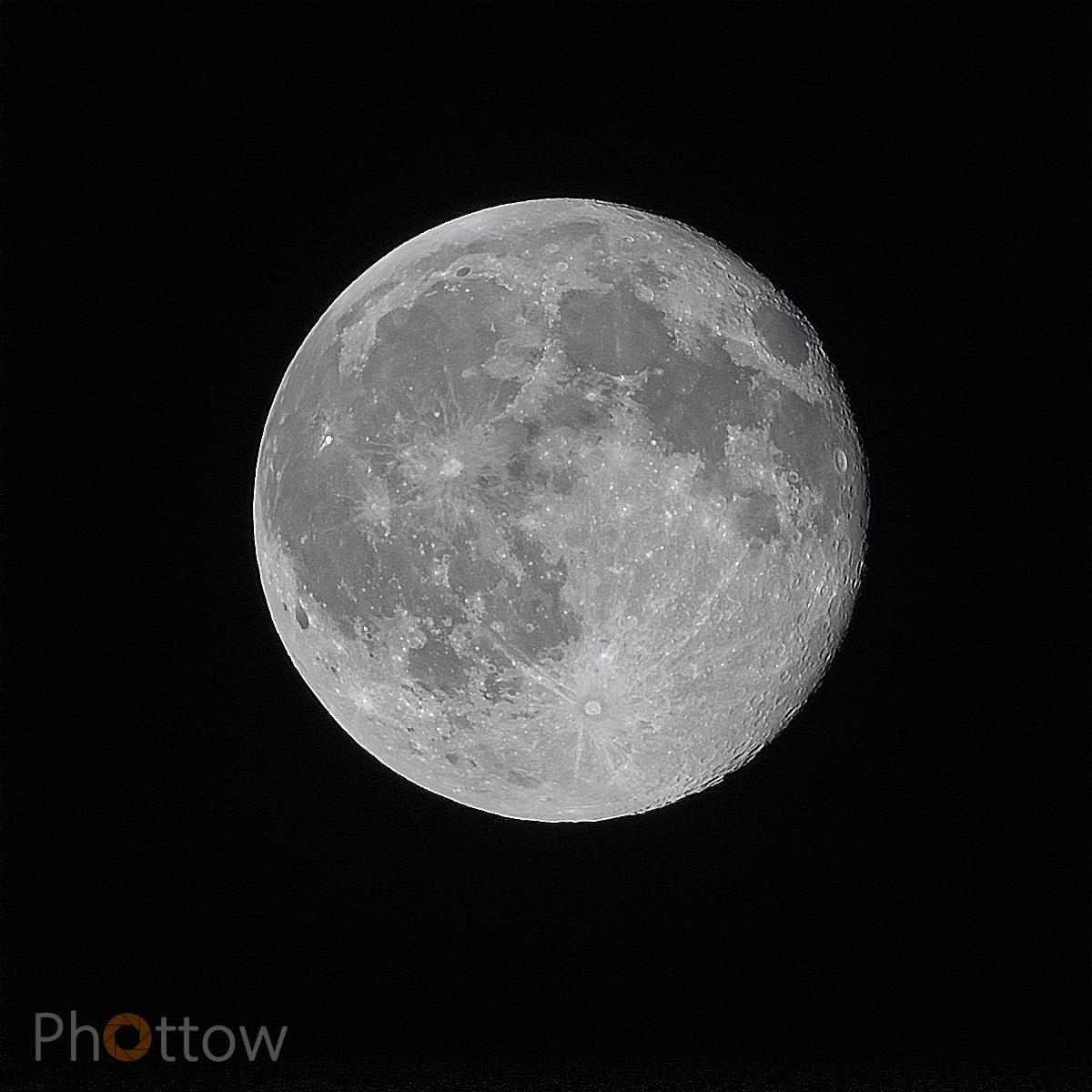 Mond über Dresden, 11.06.2017, 00:08 Uhr // Olympus OM-D E-M1 - 600 mm - f8.0 - ISO200 - 1/200 s