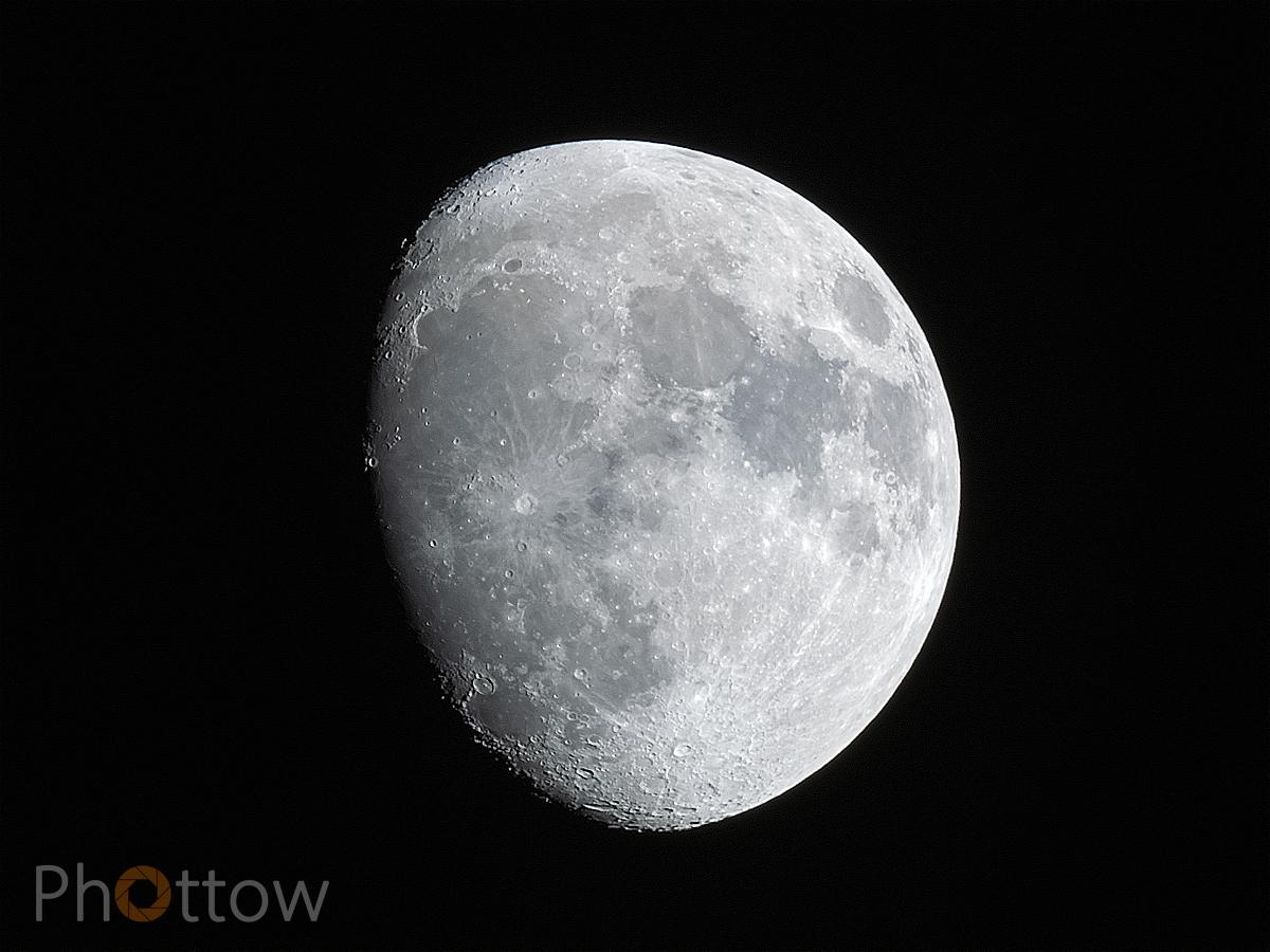 Mond über Dresden, 29.12.2018, 18:50 Uhr // Olympus OM-D E-M1 - 1000 mm - f8.0 - ISO200 - 1/250 s